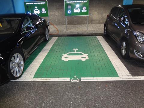 Belijning-elektra-parkeerplaats